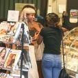 Willow Smith dévoile son ventre lors d'une virée chez Starbucks à Calabasas, le 25 juilllet 2013.