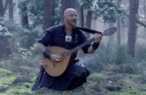 Luc Arbogast (The Voice 2) chante dans les bois pour le clip de Nausicaa