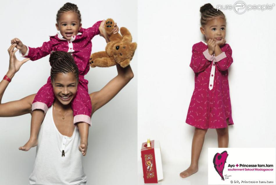 Ayo pose avec sa fille Billie-Eve pour l'opération SEKOOL de Princesse tam.tam