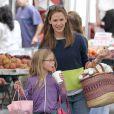 Jennifer Garner - qui pourrait être enceinte selon les rumeurs -, et sa fille Violet, toujours aussi complices, font les courses au Farmers Market à Brentwood, le 28 juillet 2013