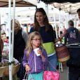 Jennifer Garner - qui pourrait être enceinte selon les rumeurs -, et sa fille Violet, tout en couleurs, font les courses au Farmers Market à Brentwood, le 28 juillet 2013