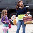 Jennifer Garner - qui pourrait être enceinte selon les rumeurs -, et sa fille Violet font les courses au Farmers Market à Brentwood, le 28 juillet 2013