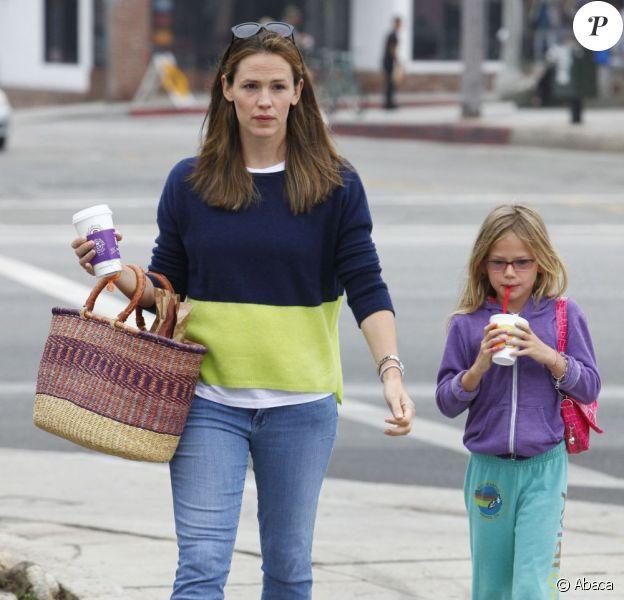 L'actrice Jennifer Garner et sa fille Violet font des courses au Farmers market à Brentwood, le 28 juillet 2013