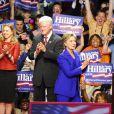 Chelsea Clinton, Bill Clinton et Hillary Clinton lors d'un meeeting pendant la primaire démocrate, le 3 juin 2008, à New York.