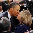 Barack Obama et Hillary Clinton s'embrassent avant une session au Congrès américain, à Washington le 25 janvier 2011.