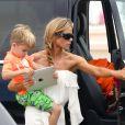 L'actrice Denise   Richards   a déposé    à la plage   ses   filles   Lola   et   Sam, qui   avaient un cours de surf,      et   les jumeaux  de Brooke Mueller et Charlie Sheen, Bob et Max . Le 31 juillet 2013 à Malibu.