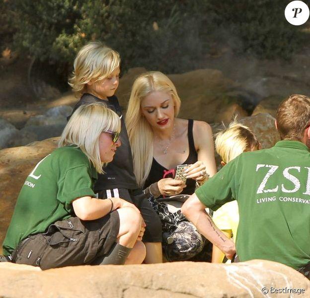 Gwen Stefani, son mari Gavin Rossdale et leurs deux enfants Kingston et Zuma (7 et 4 ans) se rendent au zoo de Londres, le 1er août 2013.