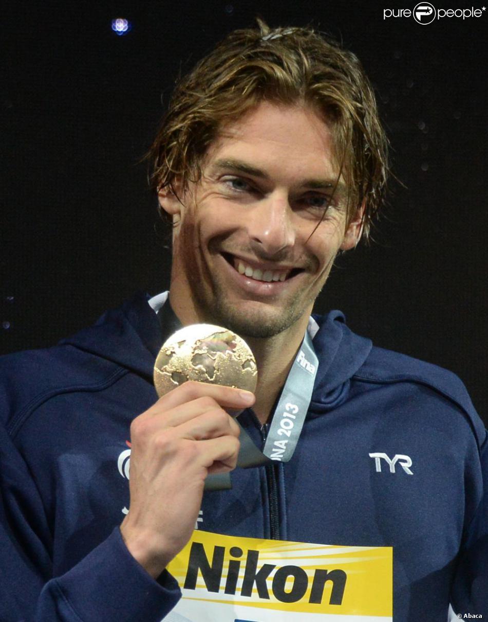 Camille Lacourt sur le podium du 50 m dos lors des mondiaux de Barcelone où il a décroché l'or devant son compatriote Jérémy Stravius, le 4 août 2013