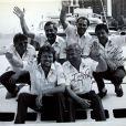 Sir Richard Branson et son équipage composé de Eckie Rastig, Dag Pike, Peter McCann, Steve Ridgway, et Chay Blythsur son Virgin Atlantic Challenger II après avoir battu le record de la traversée de l'Atlantique en juin 1986.