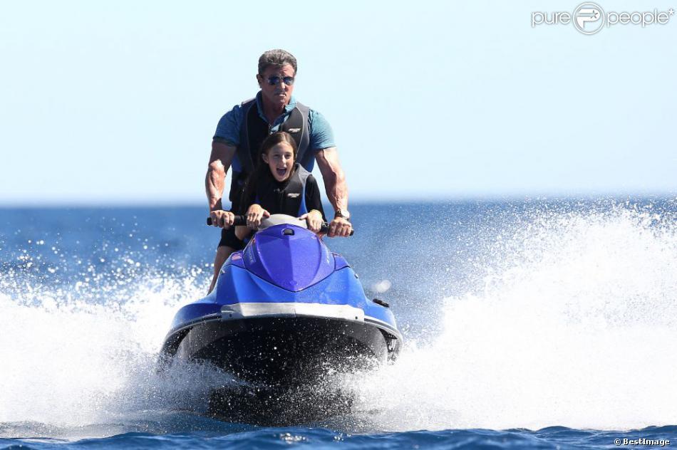 Sylvester Stallone, papa attentionné avec sa petite Scarlet lors d'une sortie en jet ski au large de Saint-Tropez, le 10 août 2013