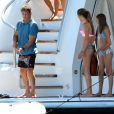 Sylvester Stallone joue les pêcheurs de méduses devant ses deux filles Sophia et Sistine depuis son bateau ancré au large de Saint-Tropez, le 10 août 2013