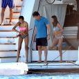 Sylvester Stallone et ses deux filles Sophia et Sistine, tout heureux d'avoir attrapé une méduse au large de Saint-Tropez, le 10 août 2013