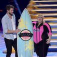 Rebel Wilson au côté de Liam Hemsworth aux Teen Choice Awards 2013 au Gibson Amphitheatre de Los Angeles, le 11 août 2013.