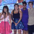 Lea Michele émue, Jenna Ushkowitz, Amber Riley et Kevin McHale aux Teen Choice Awards 2013 au Gibson Amphitheatre de Los Angeles, le 11 août 2013.