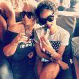 La chanteuse Debby Coda et Rihanna siront un cocktail à Miami. Le 11 août 2013.