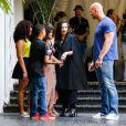 Lady Gaga prend des photos et signe des autographes à ses fans en quittant l'hôtel Chateau Marmont. Los Angeles, le 14 août 2013.