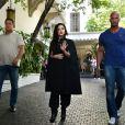 Lady Gaga, sous bonne escorte et tout de noir vêtue, quitte l'hôtel Chateau Marmont à Los Angeles. Le 14 août 2013.