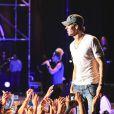 Enrique Iglesias captive ses fans sur scène lors du festival Starlite à Marbella, le 17 août 2013.
