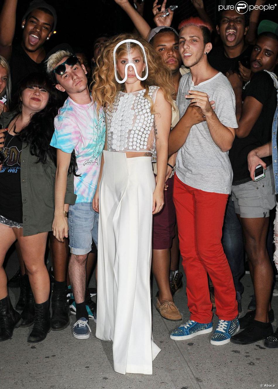 Lady Gaga, tout de blanc vêtue avec une visière Isabell Yalda Hellysaz, pose au milieu de ses fans après une session d'enregistrement en studio. New York, le 21 août 2013.