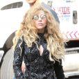 Lady Gaga, habillée de lunettes H0les, d'une veste et de bottes noires Balmain (collection automne-hiver 2013), est de sortie à New York. Le 21 août 2013.