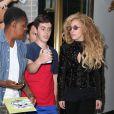 Lady Gaga, assaillie par les fans à l'entrée de l'immeuble où elle réside. New York, le 21 août 2013.