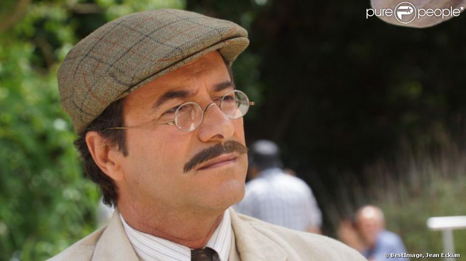 """Exclusif - Bernard Montiel tourne le nouveau film du réalisateur Mohammed Lakhdar Hamina, qui a pour titre provisoire """"Le crépuscule des ombres"""". L'acteur joue le rôle d'un instituteur dans les années 30, qui embarque ses élèves à Alger, nouvelle colonie francaise."""
