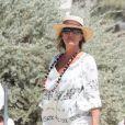 La princesse Caroline de Hanovre arrive au Club 55 à Saint-Tropez, avec des amis, le 23 août 2013.