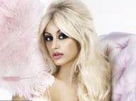 Zahia Dehar : La sensuelle créatrice séduit Laurence Ferrari