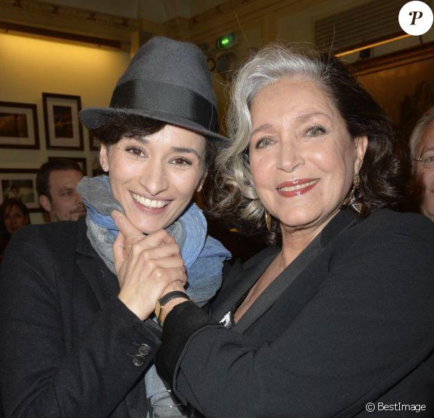 Rachida Brakni pose avec Françoise Fabian lors de sa remise de la Légion d'Honneur, au Théâtre Edouard Vll, à Paris, le 3 juin 2013.