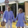 Roger Moore et sa femme Kristina Tholstrup arrivent tranquillement à quelques heures du70e festival du film de Venise, le 26 août 2013.