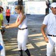 Athina Onassis, qui satisfait ici un jeune admirateur, et son mari Alvaro de Miranda Neto prenaient part au Jumping de Gijon et se sont montrés complices et détendus le 28 août 2013.