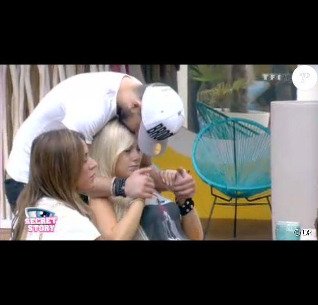 Vincent très attentionné avec Stéphanie dans la quotidienne de Secret Story 7 sur TF1 le vendredi 30 août 2013