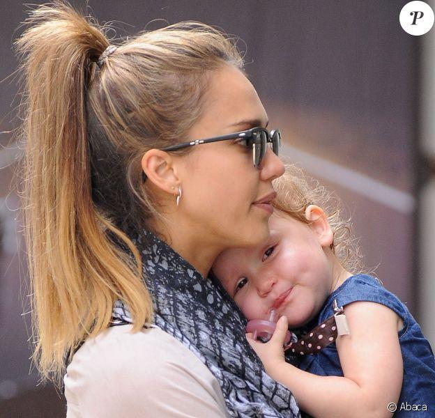 Pause câline pour Jessica Alba et sa fille Haven, au cours d'une sortie shopping dans le quartier de SoHo. New York, le 10 septembre 2013.