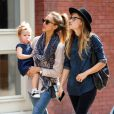 Jessica Alba, détendue avec sa fille et des amis, profitent d'une sortie shopping dans le quartier de SoHo. New York, le 10 septembre 2013.