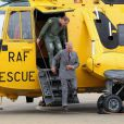 Le prince William faisant visiter la base de RAF Valley et son Sea King à son père le prince Charles le 9 juillet 2012