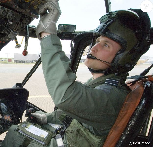 Le prince William en septembre 2010 dans son Sea King