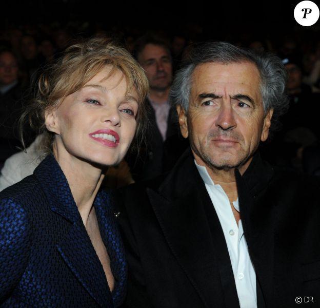 Arielle Dombasle et Bernard-Henri Lévy à la représentation de La Flûte Enchantée, donnée par Opéra en Plein Air, à Paris, le 11 septembre 2013.