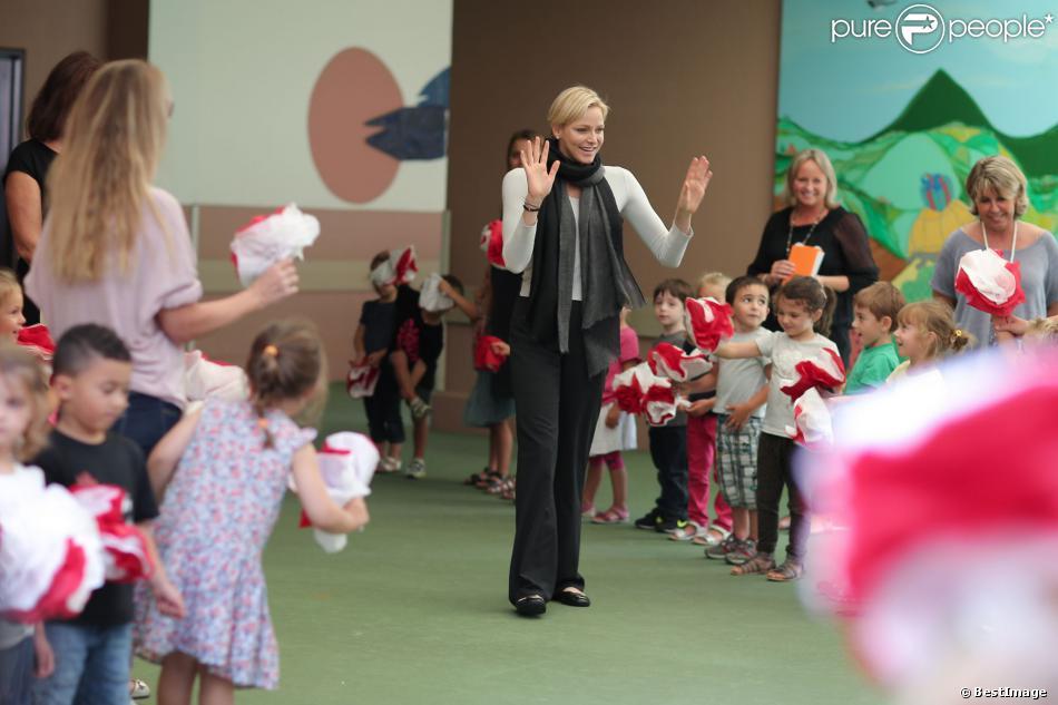 Exclusif - SAS La princesse Charlene de Monaco, ravie d'être avec les enfants, en visite à l'école de Fontvieille le 16 septembre 2013, troisième et dernière étape de son lundi de rentrée. Après avoir rencontré des élèves de primaire d'une école privée, et des élèves de terminale du Lycée Albert-Ier, elle s'est invitée à la cantine !