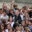 Exclusif - SAS La princesse Charlene de Monaco bien entourée, en visite à l'école de Fontvieille le 16 septembre 2013, troisième et dernière étape de son lundi de rentrée. Après avoir rencontré des élèves de primaire d'une école privée, et des élèves de terminale du Lycée Albert-Ier, elle s'est invitée à la cantine !