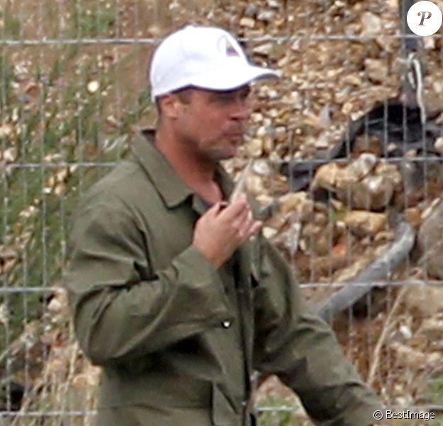 """Exclusif - Brad Pitt apprend à conduire un tank sur le tournage de """"Fury"""" au Royaume-Uni le 10 septembre 2013"""