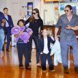 Brad Pitt et Angelina Jolie arrivant à l'aéroport de Tokyo avec trois de leurs enfants (Pax Thien, Vivienne et Knox) à Tokyo, le 27 juillet 2013