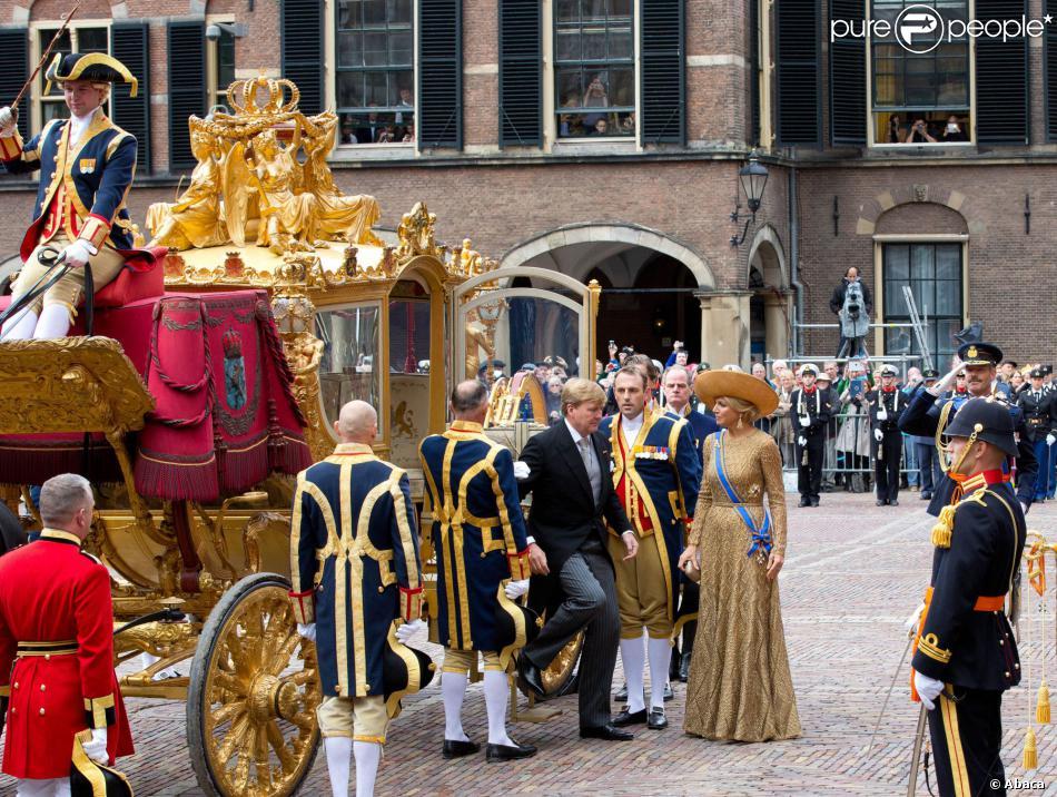 Arrivée du souverain au Binnenhof. Célébrations du  Prinsjesdag , le 17 septembre 2013 à La Haye. Le roi Willem-Alexander des Pays-Bas, entouré de son épouse la reine Maxima, de son frère le prince Constantijn et de sa belle-soeur la princesse Laurentien, accomplissait pour la première fois au Binnenhof, sur le Trône de la Salle des Chevaliers, le rituel marquant l'ouverture de l'année politique, avant de rallier le palais Noordeinde pour saluer la foule de ses sujets.