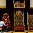 Le 16 septembre 2013, à la veille du  Prinsjesdag , on s'affairait encore à préparer le nouveau trône de la Salle des Chevaliers du Binnenhof, pour le roi Willem-Alexander des Pays-Bas.