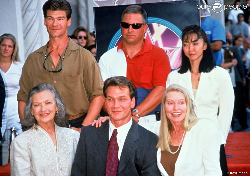 Patrick Swayze aux côtés de sa maman décédée à l'âge de 86 ans, Patsy, ainsi que sa famille et sa femme Lisa Niemi, à Los Angeles le 20 août 1997.