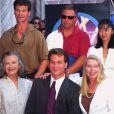Patrick Swayze sur le Walk of Fame, entouré de sa mère et de sa femme, à Los Angeles le 20 août 1997.