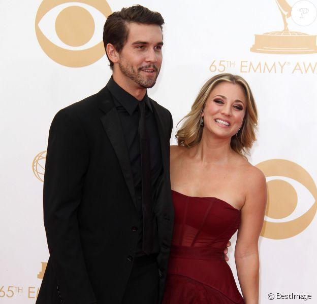 Kaley Cuoco et Ryan Sweeting, complices lors de la cérémonie des 65e Primetime Emmy Awards au Nokia Theatre de Los Angeles, le 22 septembre 2013