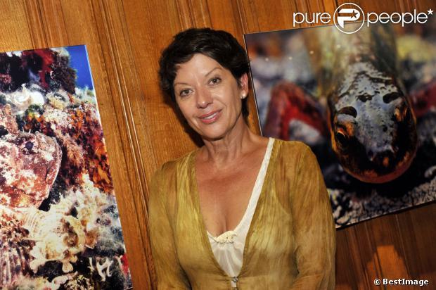 Sybille Szaggars Redford (femme de Robert Redford) pose devant ses tableaux lors du vernissage de l'exposition Passion / Ocean le 24 septembre 2013 à Monaco.