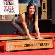 Sandra Bullock immortalise ses traces devant le TCL Chinese Theater de Los Angeles, le 25 septembre 2013.