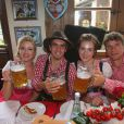 Philipp Lahm avec sa femme Claudia Lahm, Thomas Muller et son épouse Lisa Muellerà l'Oktoberfest à Munich le 6 octobre 2013.