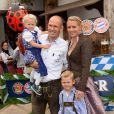 Arjen Robben avec sa femme Bernadien et leur fille Lynnà l'Oktoberfest à Munich le 6 octobre 2013.